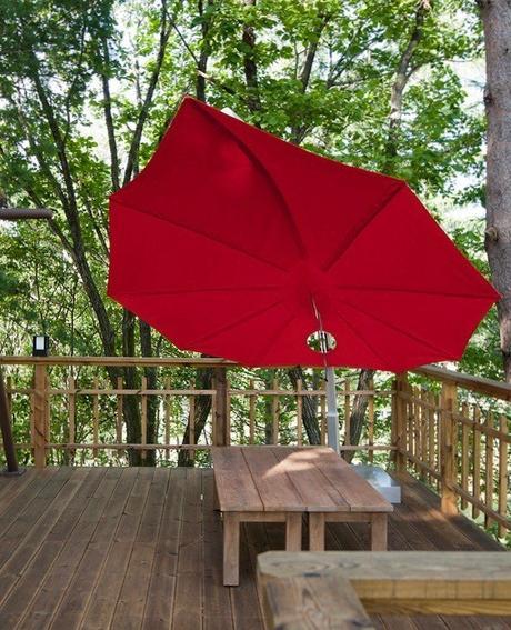 parasol design en forme de feuille rouge balcon bois extérieur nature verdure - blog déco - ClemATC