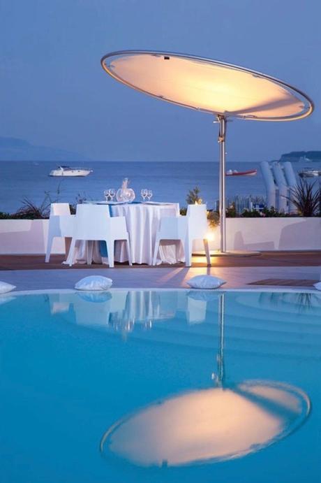 eclipse parasol circulaire rond blanc terrasse bord de mer montagne côte transat plastique blanc - blog déco - clemaroundthecorner