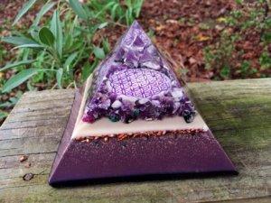 une pyramide orgonite en extérieur