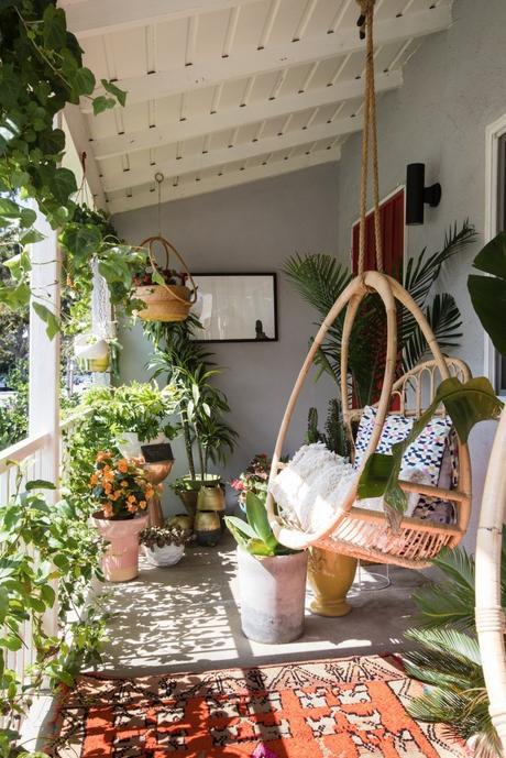 maison maximaliste terrasse tapis bohème fauteuil suspendu - blog déco - clem around the corner