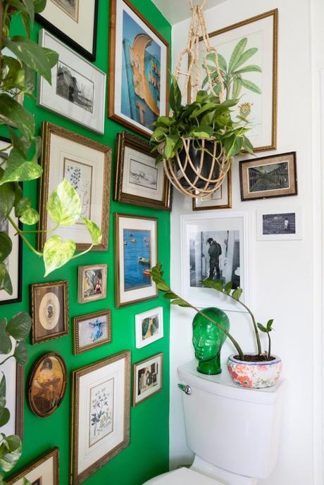maison maximaliste mur vert mur de cadres salle de bain originale - blog déco - clem around the corner