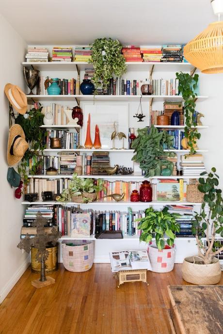 maison maximaliste étagère bibliothèque salon parquet - blog déco - clem around the corner