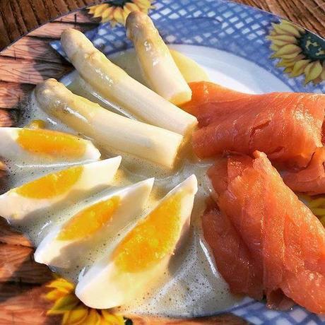 asperges et saumon fumé à la sauce hollandaise