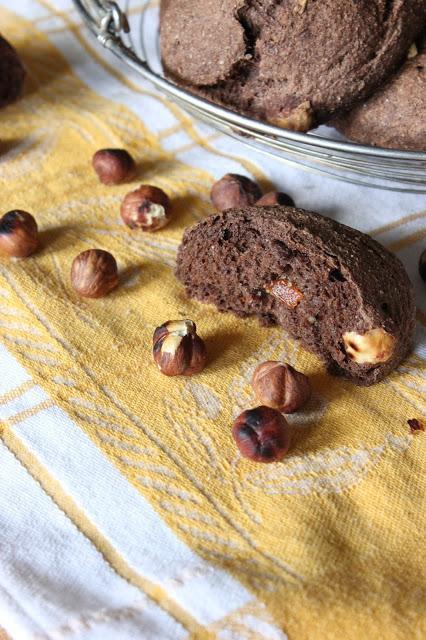 Cuillère et saladier : Petits pains cacao, orange confite et noisettes