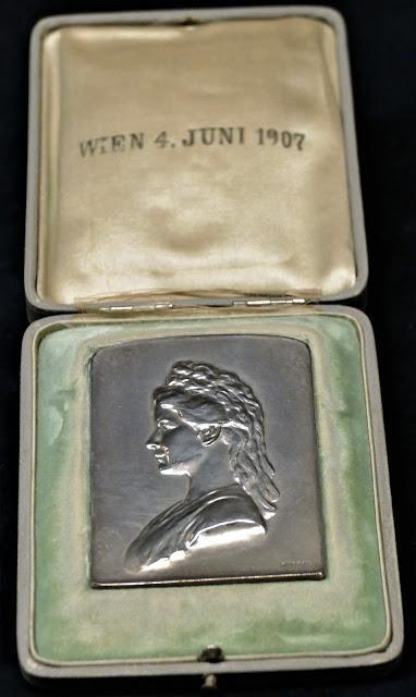 Achilleion (11) Plaquette en argent au profil de l'impératrice Elisabeth d'Autriche