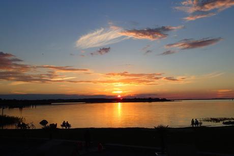 Bon poisson et couchers de soleil impressionnants