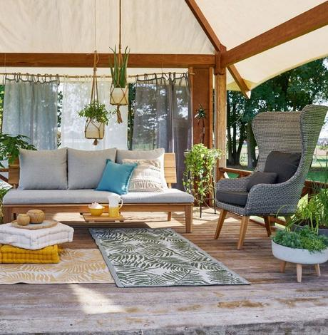blog déco outdoor salon extérieur terrasse bois fauteuil tressé gris tabouret carré béton