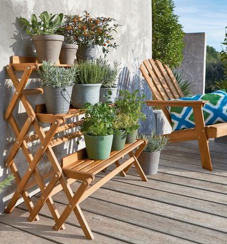 étagère en bois pour plante mur béton gris chaise pliante déco jardin outdoor clemaroundthecorner