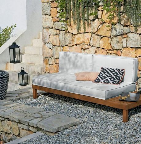 blog déco outdoor salon de jardin banquette bois coussin blanc mur pierre lanterne métallique