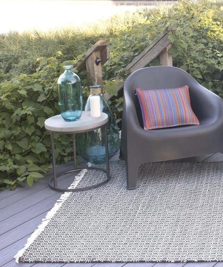 où trouver un tapis d extérieur frange motif graphique noir et blanc terrasse fauteuil plastique table basse ronde - blog déco - clemaroundthecorner