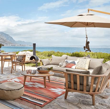 tapis d extérieur style ethnique coloré pour terrasse bois parasol - blog déco - clemaroundthecorner