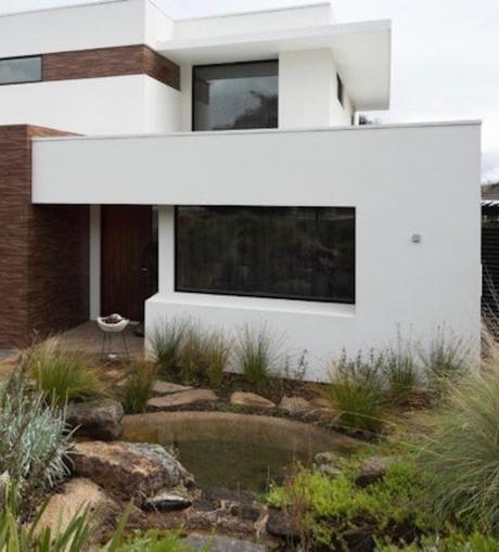 maison design moderne facade blanche bois plante vertejardin tendance écoresponable - blog déco - clemaroundthecorner