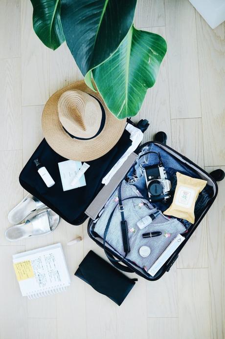 astuces voyage organisation valise cabine chapeau fibres végétales parquet bois clair blog déco
