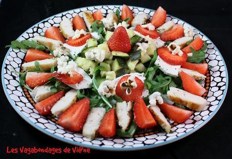 Salade roquette, fraises, poulet, courgette et chèvre frais