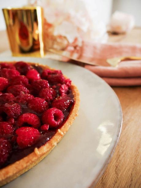blog déco goûter luxueux tarte framboise rouge assiette ronde blanche rustique