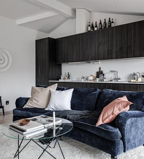 35 m2 pour vivre studio salon table basse ronde verre canapé velours bleu foncé - blog déco - clem around the corner
