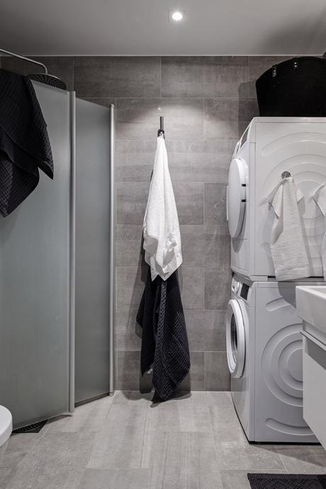 idée déco studio salle de bain carrelage béton gris sombre rangement fonctionnel serviette blanche douche vitre - blog déco - clem around the corner
