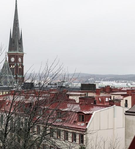 idée déco studio vue terrasse toits immeuble rouge beige suède - blog déco - clem around the corner