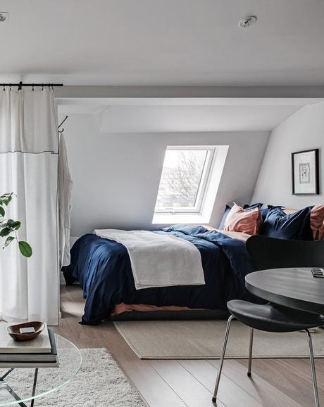 idée déco studio chambre lit matelas fenêtre chaise noir - blog déco - clem around the corner