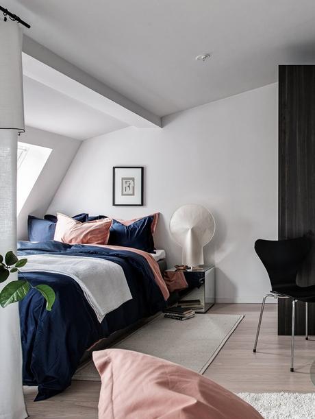 studio 35m2 pour vivre chambre lit saumon bleu foncé drap sobre élégante - blog déco - clem around the corner