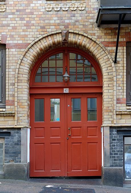 idée déco studio porte immeuble rouge mur brique orange marron gris rue suède - blog déco - clem around the corner