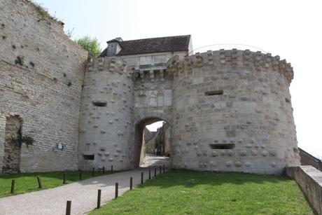 Porte Neuve de Vézelay © Christophe.Finot - licence [CC BY-SA 3.0] from Wikimedia Commons