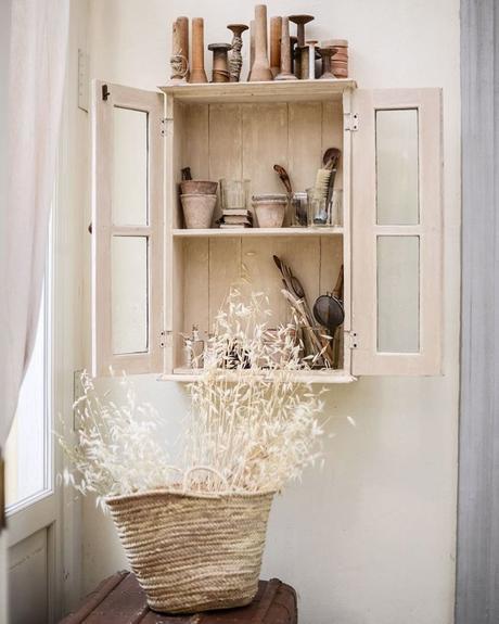 maison style italien rangement cuisine armoire champêtre fleurs séchées bouquet panier osier - blog déco - clem around the corner