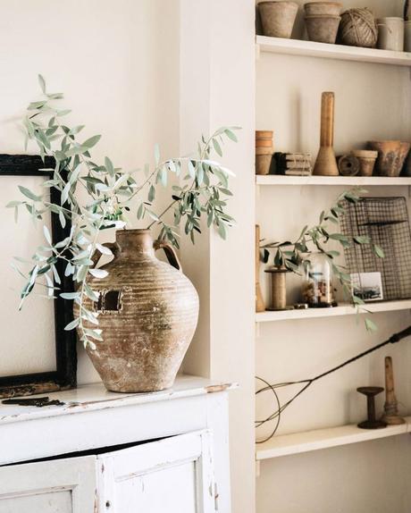 maison style italien étagère bibelots placard - blog déco - clem around the corner