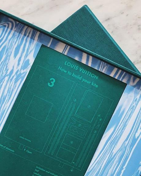 L'invitation du défilé Louis Vuitton SS20 est un cerf-volant