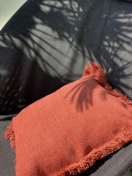 fauteuil extérieur gris palmier ombre coussin frange toiles de mayenne - blog déco - clemaroundthecorner