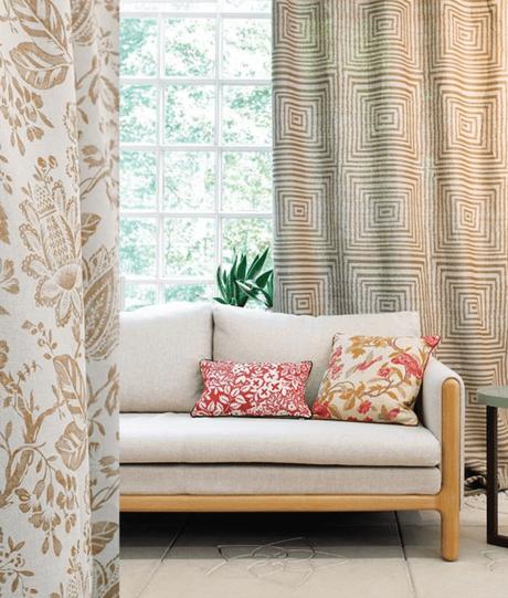 salon tendance motif fleurie rideaux carrelage beige canapé coussin tissu clemaroundthecorner