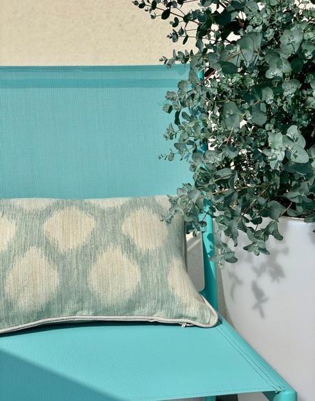 Housse de coussin Moon Janeiro chaise bleu plante verte pot de fleur eucalyptus - blog déco - clemaroundthecorner
