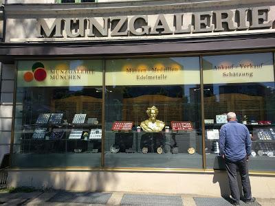 König Ludwig II. im münchneren alten Münzladen / Louis II en vitrine d'un cabinet numismatiique munichois