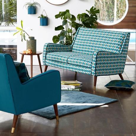 déco été vintage brazil salon canapé bleu géométrique table basse ronde bois
