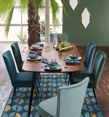 clemaroundthecorner salle à manger exotique palmier chaise bleu vert velours tapis rectangle