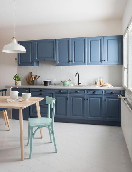 cuisine bleue design avec placards bois style scandinave - blog déco - clem around the corner