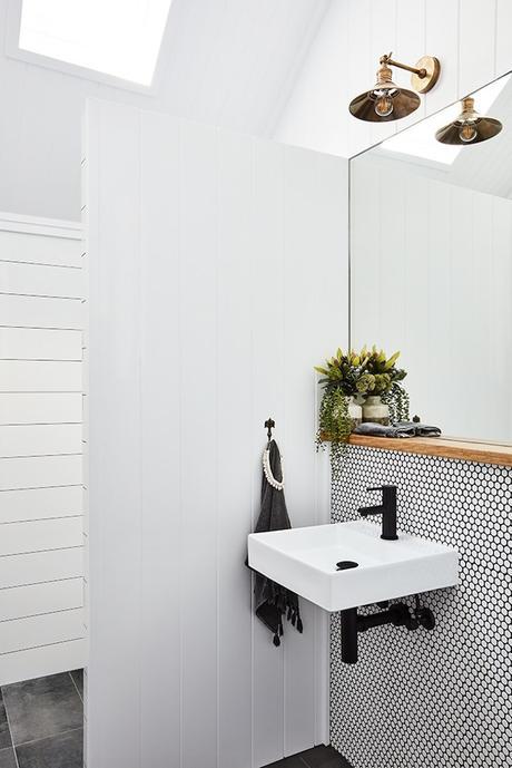 salle d'eau carrelage rond noir et blanc lampe cuivre clemaroundthecorner