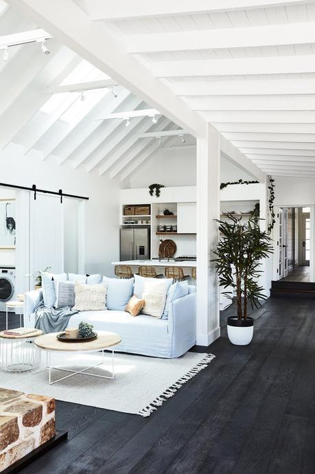 transformation d'une ferme en maison de vacances salon canapé bleu pastel parquet chêne blog déco