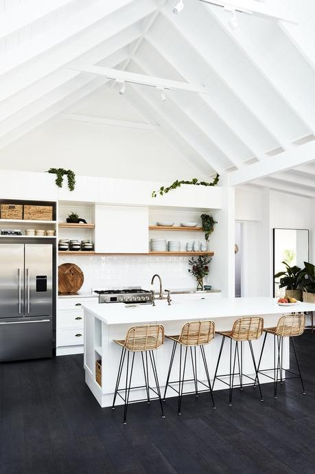 transformation d'une ferme en maison de vacances cuisine ouverte blanc rotin blog déco