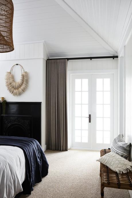 clemaroundthecorner chambre banc rotin esprit vacances bord de mer rideau gris taupe