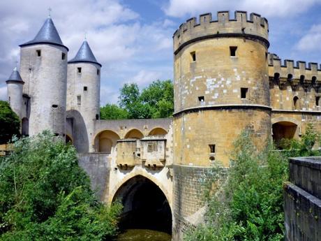 Visiter Metz : la porte des Allemands enjambant la Seille © French Moments