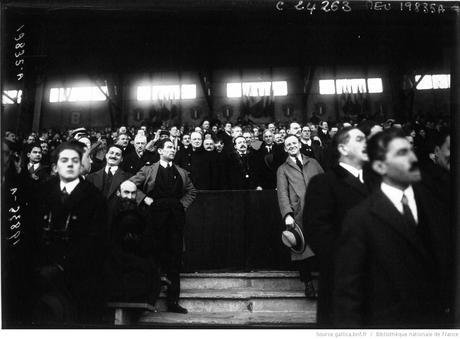 Dans les tribunes du stade olympique, se cache Winston Churchill, saurez-vous le retrouver ? Image : http://gallica.bnf.fr/