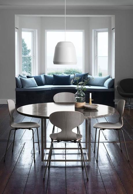 design salle à manger bois gris banquette bleue