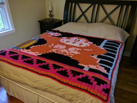 Cette grand-mère tricote des couvertures dédiées au retrogaming