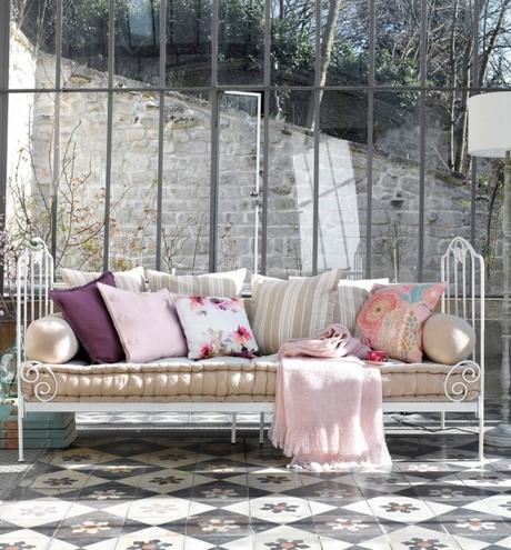 méridienne fer forgé blanche veranda coussin rose - blog déco - clem around the corner