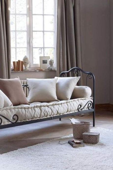méridienne fer forgé noir intérieur chambre tapis rose pastel - blog déco - clem around the corner