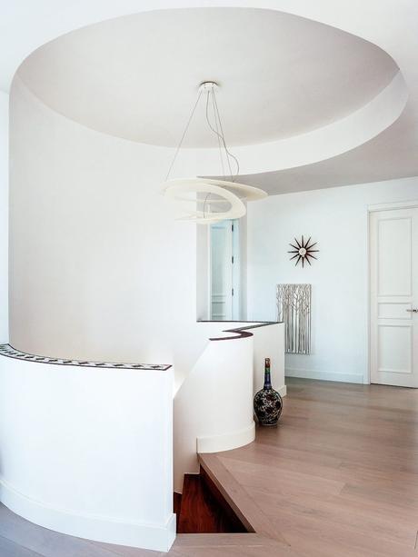 maison à malaga intérieur minimaliste escaliers blancs décoration parquet - blog déco - clem around the corner