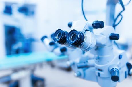 Ce microscope sophistiqué est en effet capable de diagnostiquer et de réaliser une chirurgie incroyablement précise, le tout sans couper la peau.