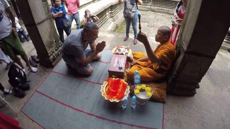 Homme achetant un bracelet bouddha