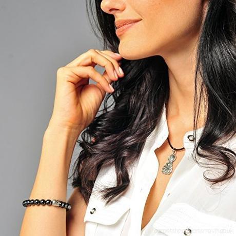 Femme qui porte un bracelet bouddha